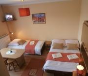 Beżowy - Duży, 3-os. pokój z balkonem i widokiem na panoramę Tatr. Pomalowany na kolor beżowy z czerwono-bordowymi akcentami. Wyposażony w TV, Wi-Fi i łazienkę; jedno łóżko małżeńskie, drugie 1. os.