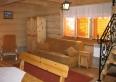 Pokój dzienny w domku z bali
