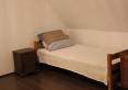 Pojedyńcze łóżko w sypialni 3 osobowej