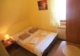 Żółty - przytulny, 2-os. pokój w słonecznych barwach. Wyposażony w TV, Wi-Fi i łazienkę oraz łóżko małżeńskie.