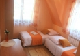 Pomarańczowy - przytulny, 2-os. pokój w ciepłych kolorach pomarańczy i brzoskwini. Wyposażony w TV, Wi-Fi i łazienkę. Łóżka dostępne w konfiguracjach jedno małżeńskie lub dwa jednoosobowe.