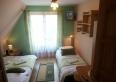 Zielony - Odprężający, 3-os. pokój z balkonem pomalowany na kolory zielony i orzechowy. Wyposażony w TV, Wi-Fi i łazienkę; jedno łóżko małżeńskie, drugie 1. os.
