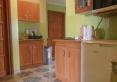 Aneks kuchenny - wyposażenie: lodówka, kuchenki - gazowa, mikrofalowa; czajnik, zlewozmywak, oraz blaty, szafki, naczynia i narzędzia niezbędne do samodzielnego przygotowywania posiłków.