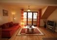 salon z widokiem na balkon i sofę 2 osobową rozkładaną