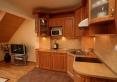 salon z widokiem na aneks kuchenny